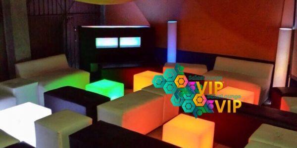 sala lounge con cubos led